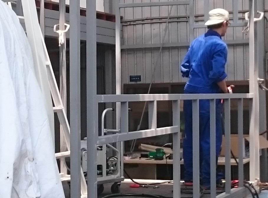 工場でのキッチンカー製作・移動販売車製作作業風景